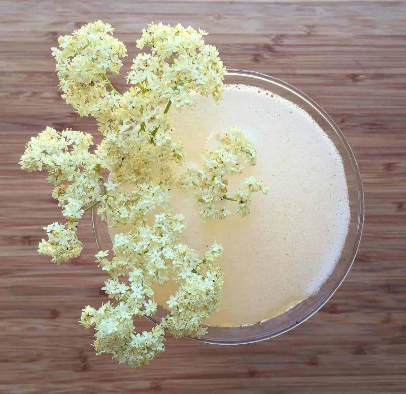 elderflower sparkling mead in a glass